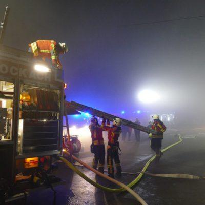 Die Feuerwehr bei der Entnahme von Materialien aus einem Löschgruppenfahrzeug. Bild: Feuerwehr Stockach
