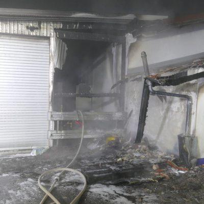 Durch diese Wandöffnung drang die Feuerwehr unter Atemschutz in das Gebäude zum Brandherd vor. Bild: Feuerwehr Stockach