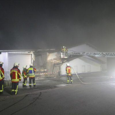 Über die Drehleiter konnte der Dachbereich auf mögliche Glutnester untersucht werden. Bild: Feuerwehr Stockach
