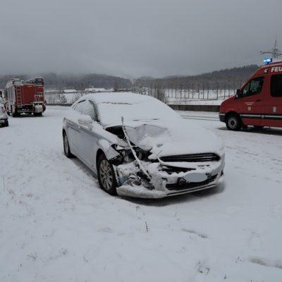 Zwei Unfallfahrzeuge bei starkem Schneefall auf der Straße
