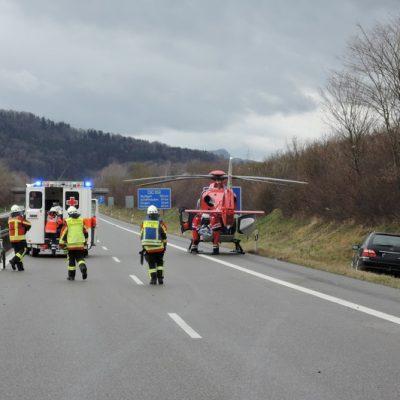 Unfallstelle mit Rettungswagen und Rettungshubschrauber