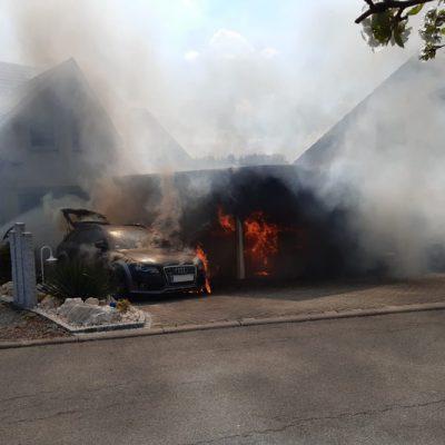 Ein Atemschutztrupp beginnt mit der Brandbekämpfung bei dem Carportbrand in Hoppetenzell.