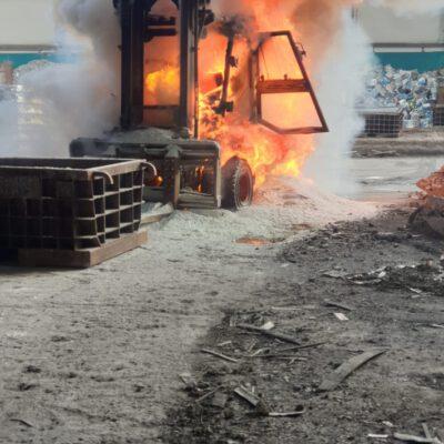 Bild: FFW Stockach: Brennender Gabelstapler