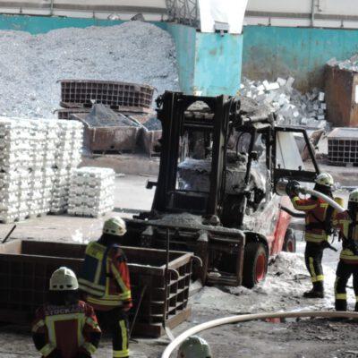 Bild: FFW Stockach: Der brennende Gabelstapler wurde mit Schaum gelöscht.
