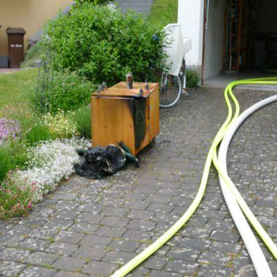 Bei dem Brand am 05.06.2021 in Stockach war ein Atemschutztrupp im Gebäude. Ein Sicherheitstrupp wartet vor dem Gebäude.