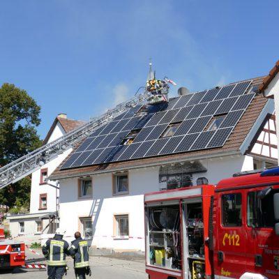 Die Brandbekämpfung wurde unter andrem von außen über die Drehleiter vorgenommen.