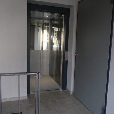 Der Lift für den barrierefreien Zugang ins Obergeschoß