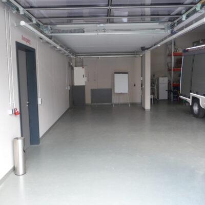 Die noch leere Garage ist für einen MTW vorgesehen.