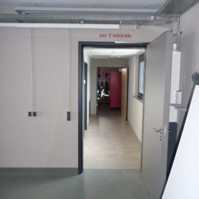 Durch den direkten Zugang von der Fahrzeughalle zu den Umkleiden kann eine schwarz/weiß-Trennung umgesetzt werden